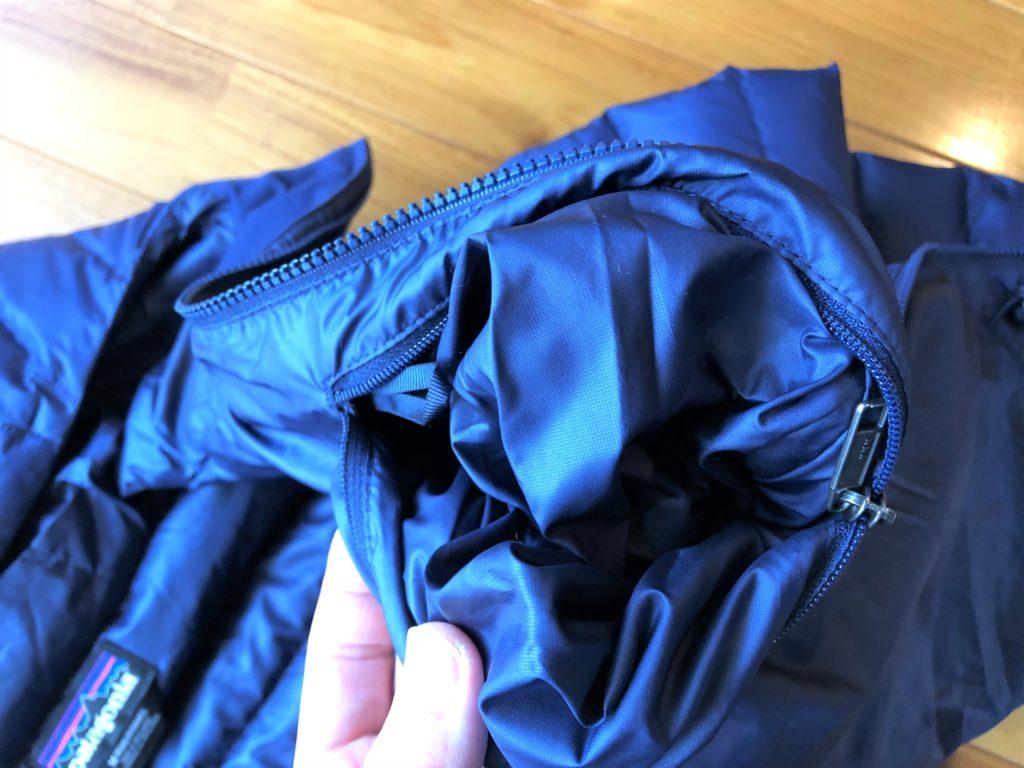 ブログ「モノオス」パタゴニアダウンセーターの内ポケットにあるファスナーを裏返そうとしている画像