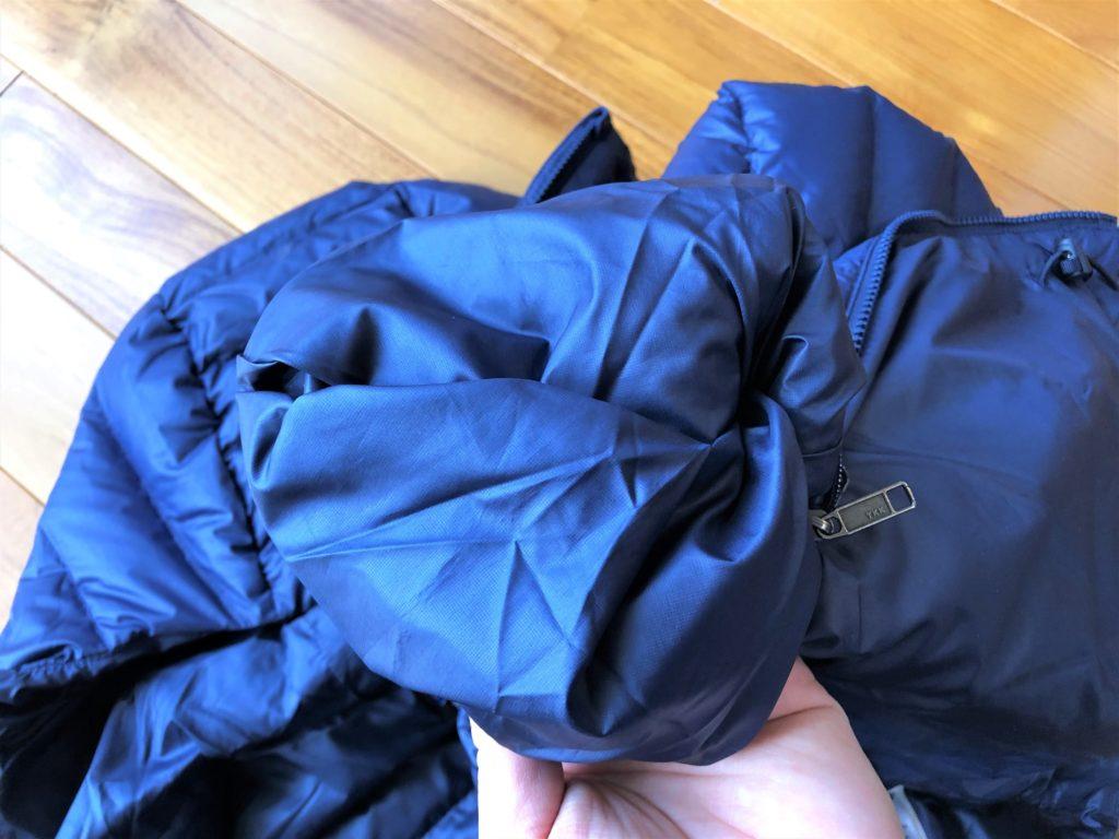 ブログ「モノオス」パタゴニアダウンセーターの内ポケットを反らせて裏返そうとしている画像