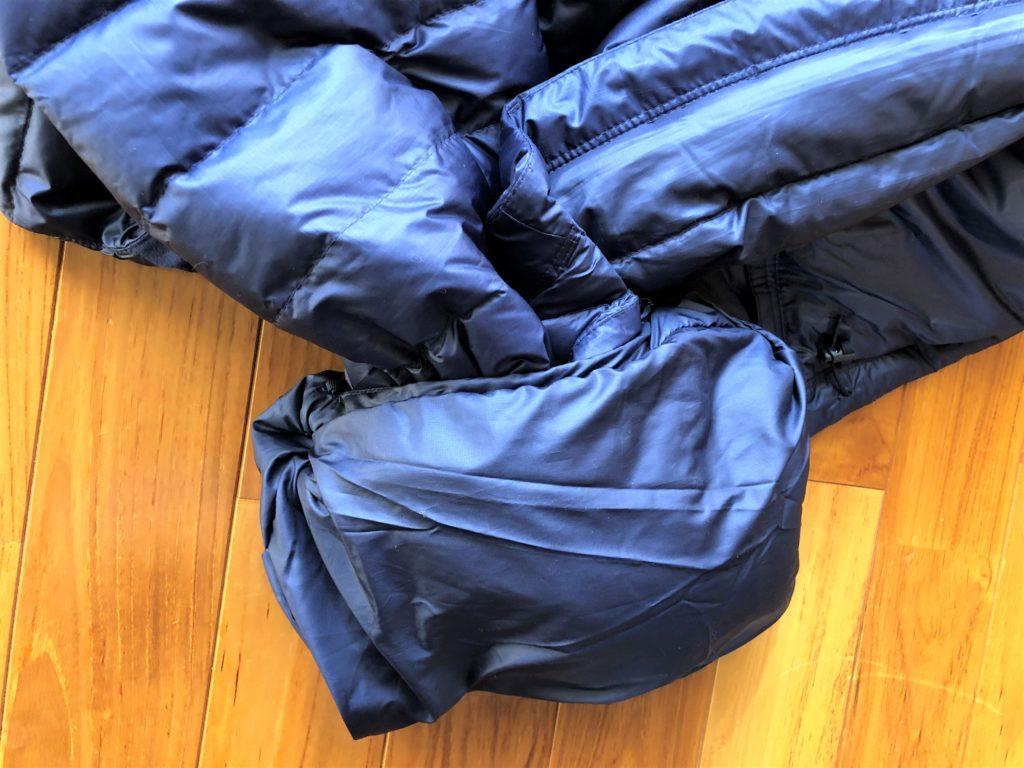 ブログ「モノオス」パタゴニアダウンセーターの内ポケットを反らせてダウンを詰めている画像