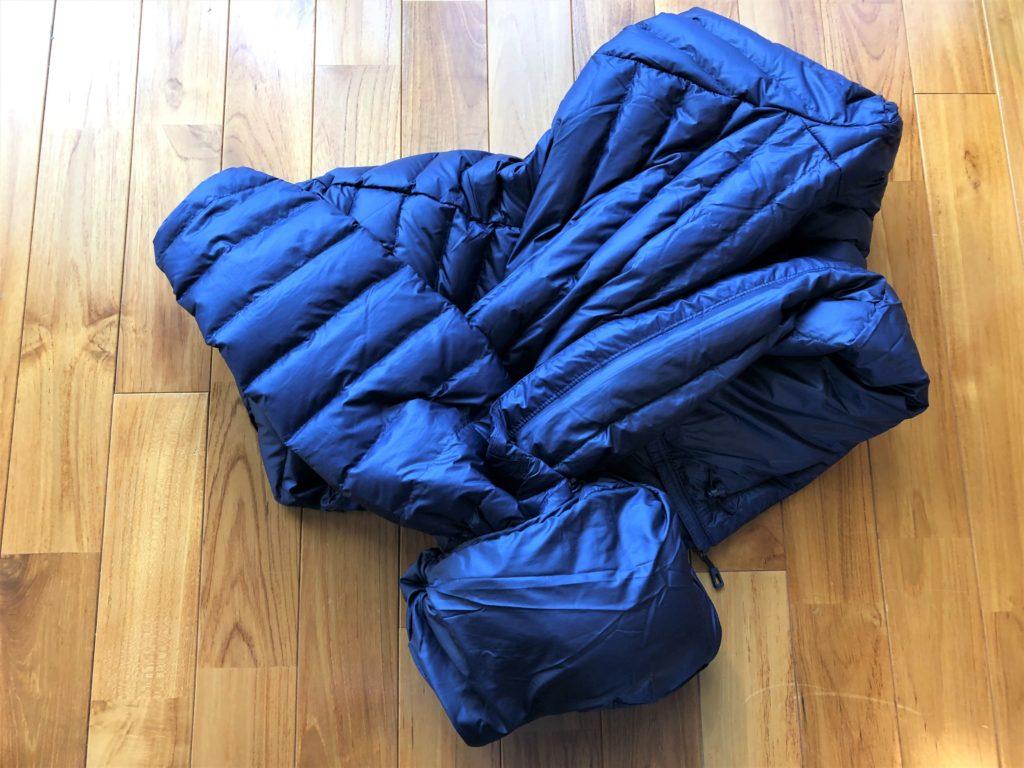 ブログ「モノオス」パタゴニアダウンセーターの内ポケットを反らせてダウンの半分以上を詰めた画像