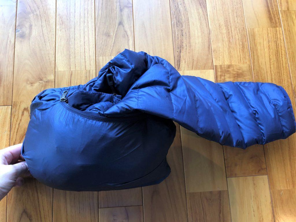 ブログ「モノオス」パタゴニアダウンセーターの内ポケットを反らせてダウンをほぼ詰めた画像