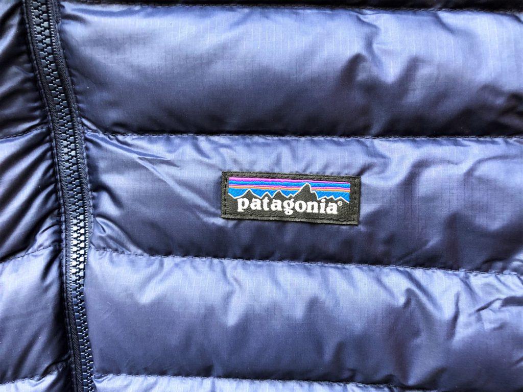 ブログ「モノオス」パタゴニアダウンセーターのパタゴニアロゴを撮った画像