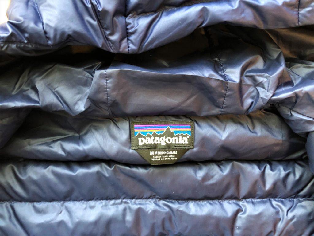 ブログ「モノオス」パタゴニアダウンセーターの背中のタグを撮った画像